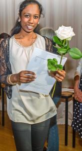 Jede Schülerin erhielt mit dem Zeugnis auch eine Rose.