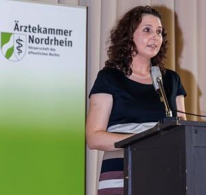 Frau StD. Roberta Walther, Abteilungsleiterin des Berufskollegs spricht zu den Schülerinnen