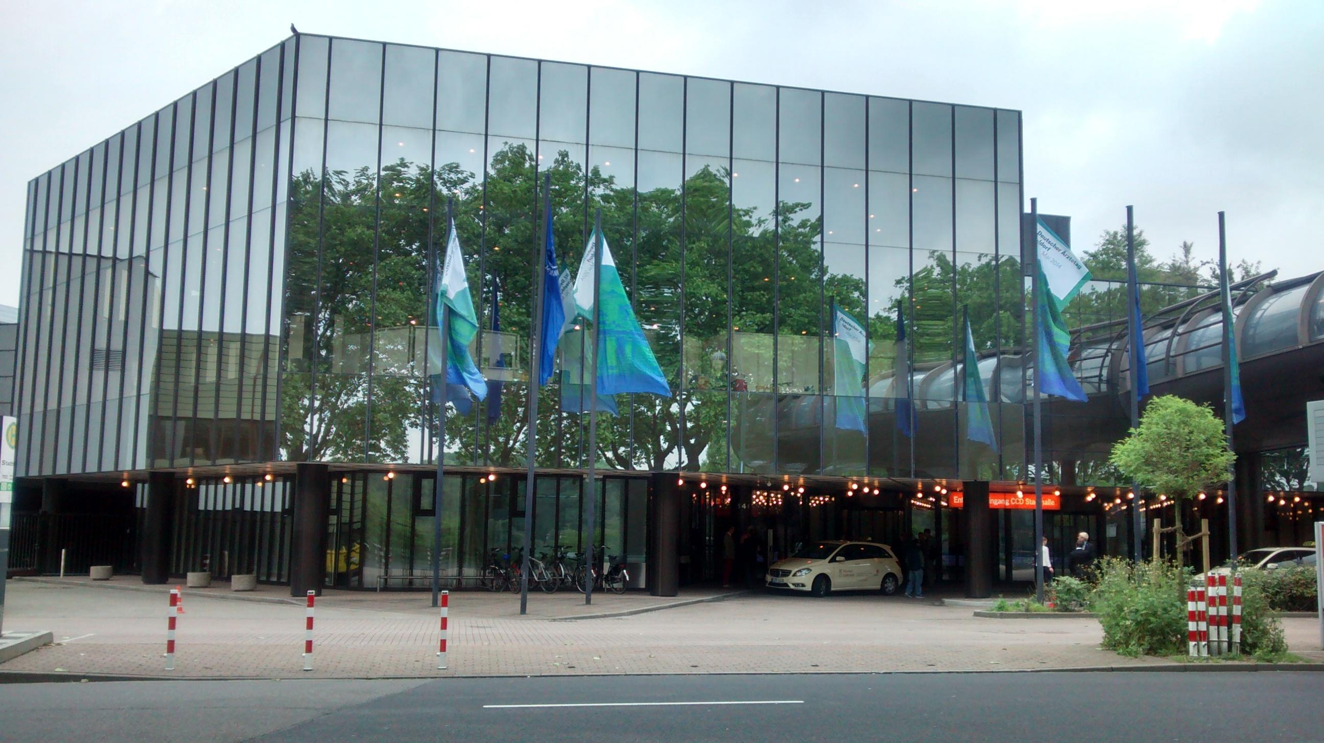 Das Kongresszentrum in Düsseldorf mit den Fahnen der Bundesärztekammer