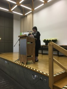 Frau Grube vom Verband der medizinischen Fachberufe, hielt eine Ansprache, die die zukünftigen Kolleginnen und Kollegen ermutigte auch nach der Ausbildung weiter zu lernen. Mit ihren nicht immer nur ernsten Worten brachte sie das Publikum zum schmunzeln.